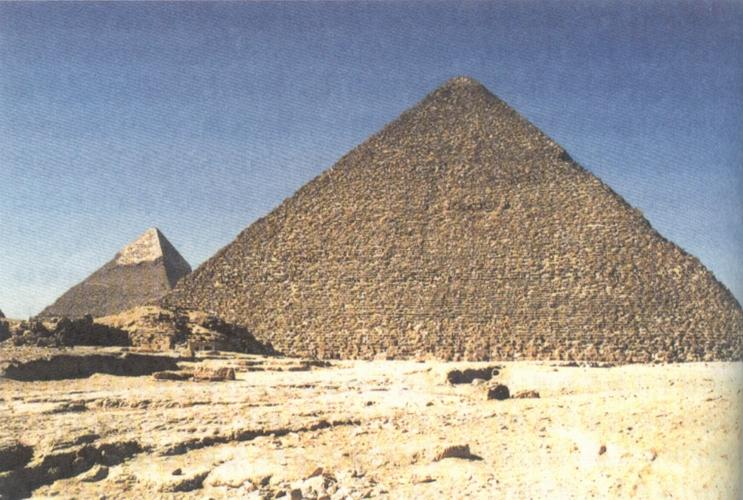 埃及共发现金字塔96座,最大的是开罗郊区吉萨的三座金字塔。金字塔是古埃及国王为自己修建的陵墓。大金字塔是第四王朝第二个国王胡夫的陵墓,建于公元前2690年左右,原高146.5米,因年久风化,顶端剥落10米,现高136.5米;底座每边长230多米,三角面斜度51度,塔底面积5.29万平方米;塔身由230万块石头砌成,每块石头平均重2.